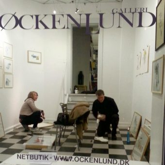 sætter udstilling op galleri øckenlund frederiksberg